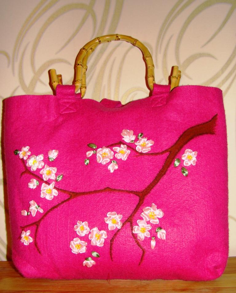 Вышивка лентами на сумке-заготовке.  Выставлена для примера.